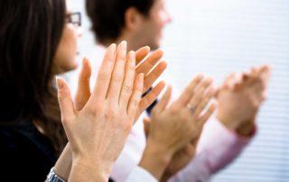 Köpersprache, klatschende Mitarbeiter, Haltung