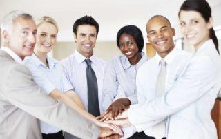 Multikulturelle Mitarbeiter, die zusammenhalten