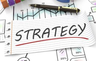 Liniertes Blatt, auf dem Strategie steht